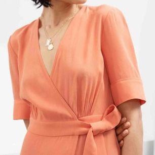 Suuuuperfin klänning, älskar färgen! 🌸✨ Köpt i somras på & other stories för 790kr, finns inte att få tag på längre. Endast använd en gång så den är som ny. Storlek 34, lite stor vid bysten dock.