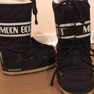 Världens finaste moon boots! Säljer pågrund av för liten storlek (är 38 vet inte hur jag tänkte när jag köpte dem)   🤧 väldigt lite slitage, priset kan diskuteras! Möts upp i Stockholm 💕🤝