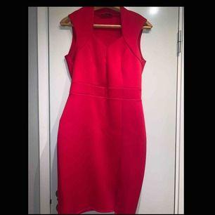 Röd klänning med en kort slits