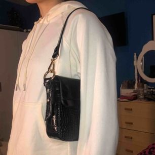 Super snygg väska från Gina Tricot, guldkedja medförs men kan tas av