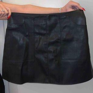 Läder kjol med två fram fickor på sidorna