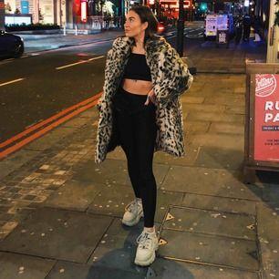 Superfin leopardpäls köpt på Zara i London. Den är XL men jag är storlek S och den passar hur bra som helst på mig, fett skönt att få plats med en hoodie under! Så skulle säga att den funkar för XS-XL :) Skick är som ny! Matchande katter för likes🐆🐆