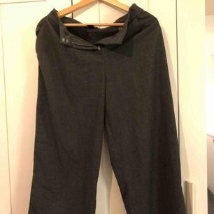 Fina gråa kostymbyxor från Monki i st 34. Möts helst upp i Stockholm men kan skicka, köparen står för frakt