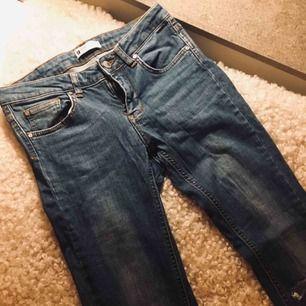 Snygga jeans med håll i knäna. Stretch jeans.