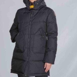 Säljer nu min parajumper i modellen Longbear jacket  i färgen svart, storlek S. Aldrig använd tyvärr. Möter upp eller fraktar💘Nypris 5 999, men jag säljer min för 4 500 vid snabb affär.