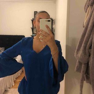 Blå supersöt blus. Använder aldrig, bra skick.