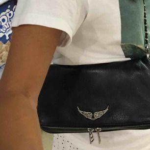 Säljer min Zadig väska! Köpt för ca 3400kr i butiken☺️ den är i väldigt bra skick och är inte sönder någonstans!! Både det korta och långa bandet tillkommer + dustbag
