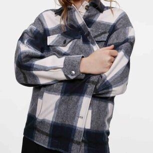 Supersnygg och trendig jacka från Zara! Knappt använd så som ny 💕💕 Säljes pga att den inte kommer tillräckligt till användning