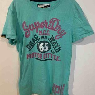 T-shirt från Superdry, fräscht skick men tecken på användning. Hel och ren utan skador. Tveka inte att fråga frågor! Frakt 59kr