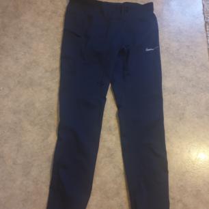 Blå träningstights från Nike med praktisk mobilficka på låret. Frakt 50 kr! 😊