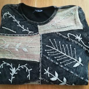 Jättefint hippie T-shirt, handgjorda !! Storlek S. Tillverkad i Nepal.