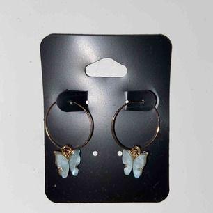 säljer ett par örhängen med ljusblåa fjärilar på :) aldrig använda och säljes då de var lite för stora för min smak och de går ej att lämna tillbaka. frakt är inkluderat i priset