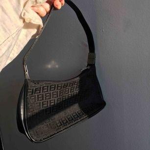 Jätte fin vintage liten handväska, säljer då jag har en annan liknande. Köpt på humana🌸