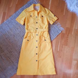 fantastisk gul vintageklänning i nyskick🌻 midja: 36, axel: 39, längd: 112cm  frakt 63kr🌼