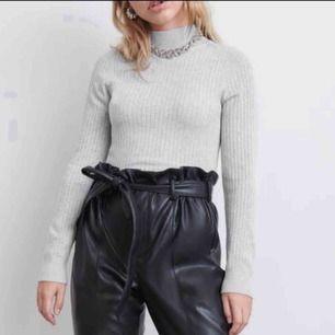 Säljer denna gråa otroligt fina tröjan som formar kroppen jätte fint skulle säga passar även XS och M eftersom matrialet är väldigt stretchig