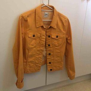 Säljer nu min snygga gula jeansjacka!! Köpt för 399 och endast använd 3 gånger så nästintill helt ny❤️ obs! Köparen står för frakt🥰