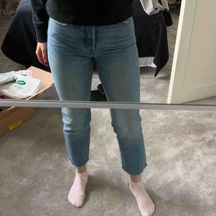 Superfina Levis jeans i storlek 26 (avklippta i benen). Inget att anmärka på. Jag är 167cm lång.