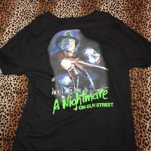 En fin t shirt köpt på Plick.Frakt 42kr eller så möts vi i slussen✨🌼