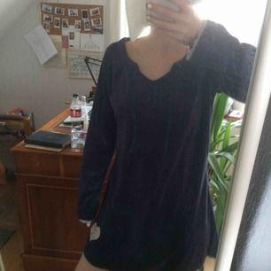 Blå sammetsklänning från märket chill Norway. Fint broderi och känns som att gå runt i morgonrock fast man ser festklädd ut! Spetskant i ljusblått Köparen betalar frakt