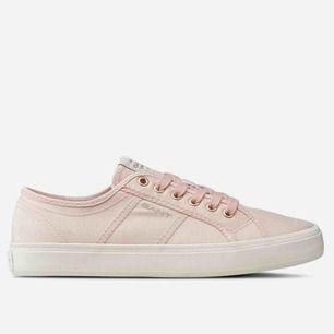 Ljusrosa gant skor. Passar perfekt till skolavslutningar/student och sommaren. Väldigt fint skick. Priset kan diksuteras! Nypris: 599 kr