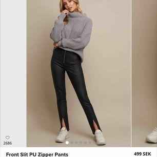 Skinn byxor från Linn Ahlborg kollektion i 34! Sitter jättefin fint & passar både korta & långa pga slipsten, jag är 176cm o sitter bra på mig.