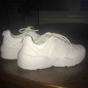 Snygga vita skor använda ENDAST 3 gånger