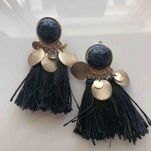 Säljer jättefina svarta hängande örhängen köpta på H&M. 35kr + 11kr frakt 🥰