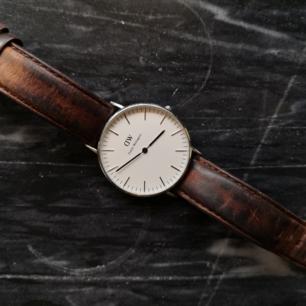 Lilla varianten av Daniel wellington klassiker. 2 armband i canvas medföljer.