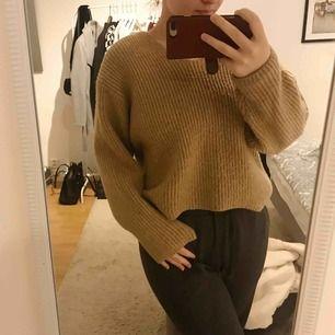 Mysig brun/beige stickad tröja från HM, storlek XS men oversized.