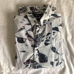 Supersnygg mönstrad skjorta i fint skicka. Skickas mot fraktavgift eller möts i göteborg
