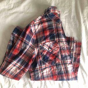 Supersnygg rutig skjorta från Lee i bra skick. Skickas mot fraktavgift eller möts upp i Göteborg