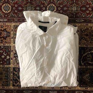 Supersnygg vit skjorta från Scotch and soda i bra skick. Skickas mot fraktavgift eller möts upp i Göteborg