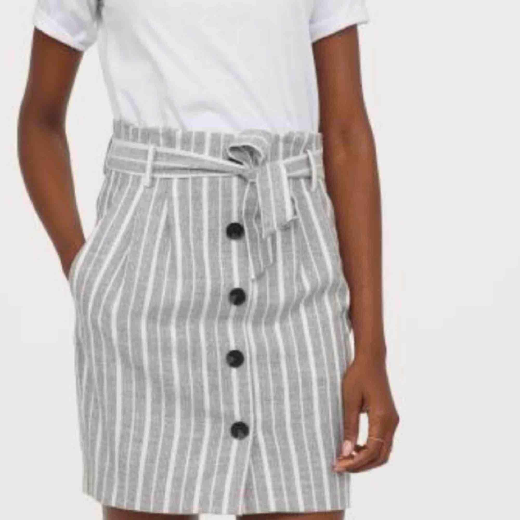 Superfin kjol från h&m, perfekt till våren och sommaren😍. Kjolar.