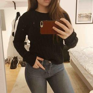 Ralph Lauren stickad tröja med lila logga. Mörkblå, nästan åt svarta hållet. Storlek L men sitter jättebra på mig som har XS/S. Inga fel på tröjan! 🥰