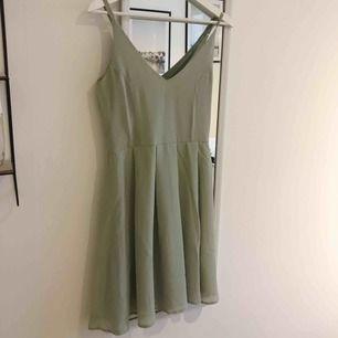 Grön pastellklänning från Bubbleroom. Aldrig använd på grund av att den är för liten vid bysten på mig. Så fin 😍 Etikett kvar! Storlek 36