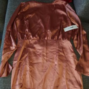Ny klänning från Gina tricot. Storlek 40. Köparen står för ev frakt😊