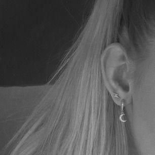 Lightningstrike Earrings guld & silver: 89/par Dancing In The Moonlight Earrings guld & silver: 119/par Båda: 208 + frakt (11)   Begränsat antal!!! Vid frågor skriv till @youwelleryuf på Insta, tar endast emot beställningar här!