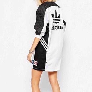 En tshirtklänning från Adidas samarbete med Rita Ora. Storlek XS. Aldrig använd, helt ny med alla lappar kvar. Inköpt från junkyard för 550kr.  Köparen står för frakt. Kan mötas upp i Stockholm.
