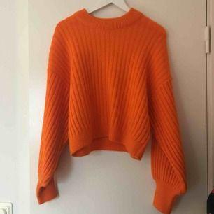 Jätte fin orange stickad tröja! Använt den 1 gång. Frakt tillkommer