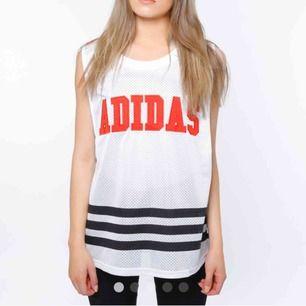 Oversized linne i mesh från Adidas samarbete med Rita Ora. Köparen står för frakt. Kan mötas upp i Stockholm.