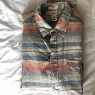 Supersnygg rutig skjorta från HM i bra skick. Skickas mot fraktavgift eller möts upp i Göteborg 🌼