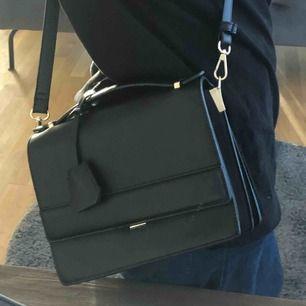 Super fin väska helt oanvänd, köpt för ett bra tag sen så kommer ej ihåg vart den är ifrån tyvärr. Frakt tillkommer! Kan även mötas upp i Lund/ eventuellt Malmö. Den saken som hänger på väskan kan man även ta bort om man vill.