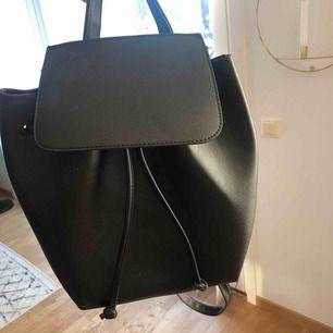 Jätte fin liten ryggsäck köpt på bershka! Nytt skick. Kan mötas upp i Lund samt eventuellt Malmö annars tillkommer frakt