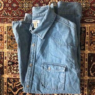 Supersnygg jeansskjorta från Calvin Klein i fint skick. Skickas mot fraktavgift eller möts upp i Göteborg 🌼