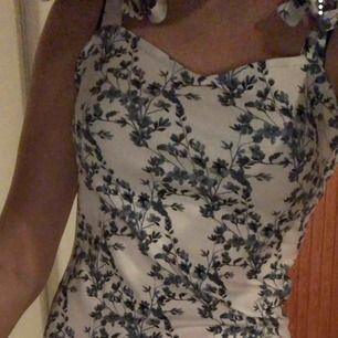 Superfin klänning med justerbara axelband! Endast testade och prislapp finns kvar! 💞💖💙💗🤩❤️