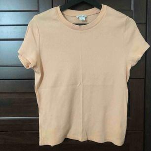Supersnygg rosa T-shirt från Monki. Använd 1 gång. Skickas mot fraktavgift eller möts upp i Göteborg 🌼