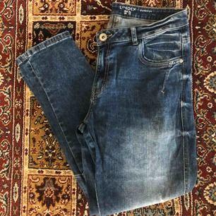 Supersnygga boyfriend jeans från Lindex i mycket fint skick. Skickas mot fraktavgift eller möts upp i Göteborg 🌼