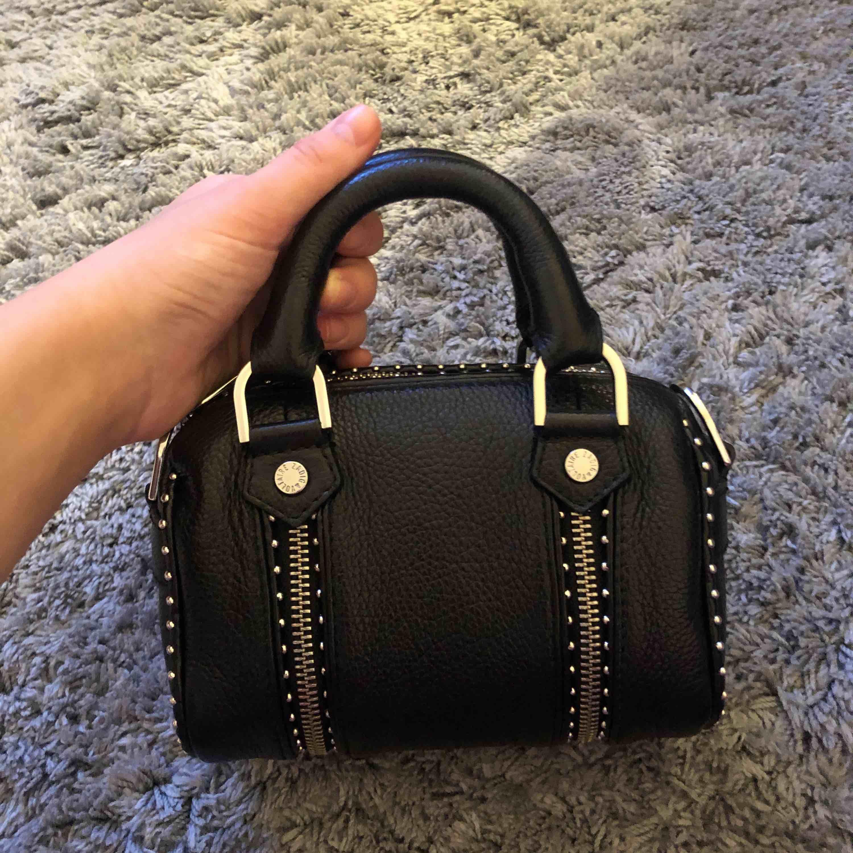 Säljer min jätte fina och coola väska ifrån Zadig & Voltaire⚡️I modellen SUNNY NANO STUDS BAG.  Köpt för 3085kr i butiken i Stockholm.  Väskan har tyvär inte kommit till så mycket användning. Passar till inprincip allting😍😍  Budgivning pågår. Nu 2000kr. Väskor.