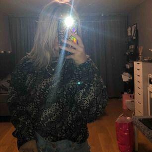 Jättefin och mysig tröja från Zara med grått/svart snakeprint. Jättebra skick, frakt kostar 60kr