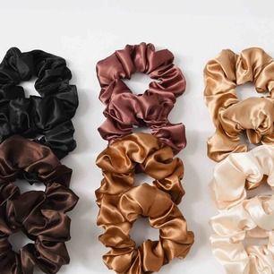 Heej!!  Säljer dessa scrunchies i glansigt/silkigt material!  Har en svart, en mörkbrun en vit och den ljusaste av de bruna! De är så fina som detalj/accessoar men också skonsamma för håret.